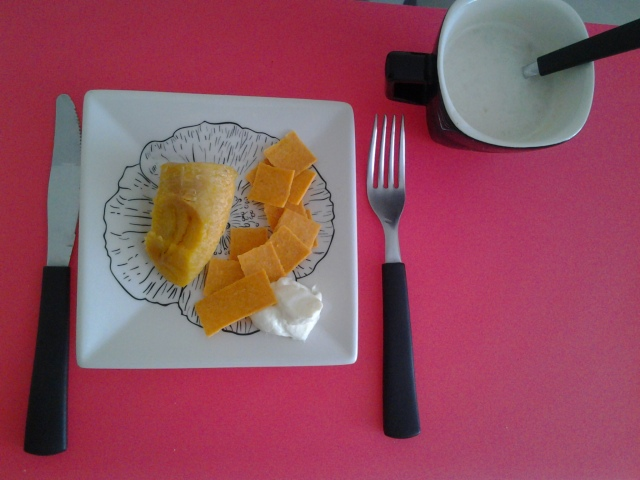 Café da manhã - Banana da terra, bolachinhas sem glúten e creme de ricota. E a proteína, lógico. Não consegui comer todo. Banana da terra pesa muito.