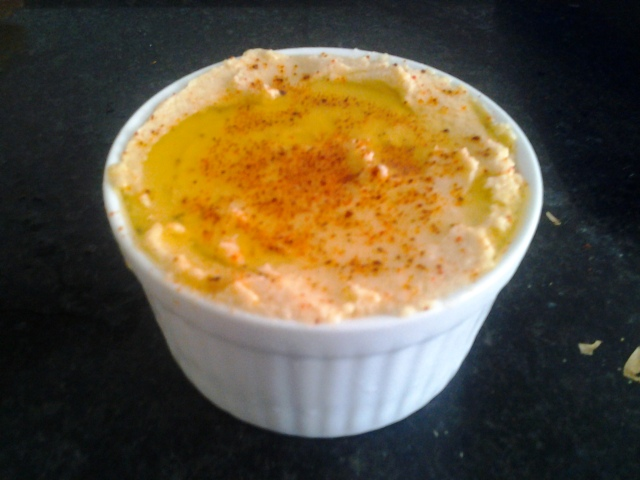 Hummus - Esse aqui é o que eu fiz pro pessoal, então joguei mais azeite por cima pra decorar. O meu eu deixei sequinho mesmo.