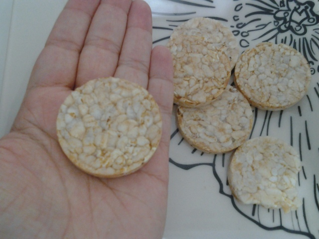 Biscoito de Arroz na palma da mão pra vocês terem ideia do tamanho.
