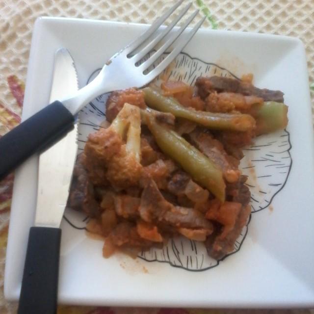 Carne e legumes cozidos com molho de tomate
